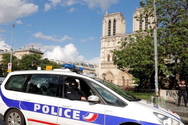 Un coche de la Policía francesa frente a la catedral de Notre Dame