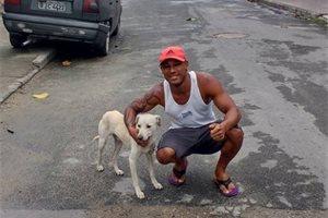 Un perro callejero se orina en la espalda de un chico y este decide adoptarlo, en Brasil