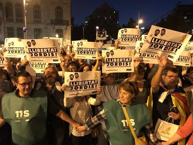 """Milers de persones es concentren per la llibertat de """"els presos polítics"""""""