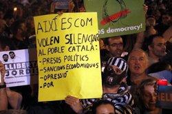 Milers de persones encenen espelmes a la Diagonal de Barcelona contra l'empresonament de Sánchez i Cuixart (ACN)