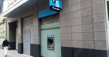Guindos asegura que hay entrada de depósitos en CaixaBank y Sabadell desde que trasladaron sus sedes