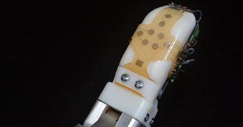 Desarrollan un sensor flexible para robots y prótesis capaz de imitar la sensibilidad de la piel humana