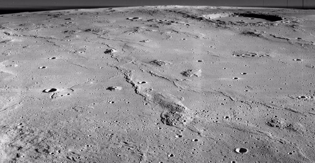 Este de Marius Hills y cráter Marius, arriba a la derecha