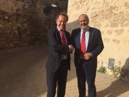 Miquel Ensenyat y Luis Lafuente se saludan