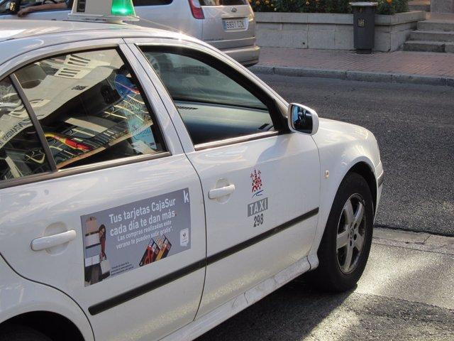 Un taxi a la espera de clientes