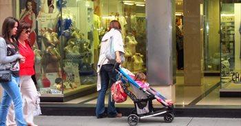 Las mujeres españolas se ocupan más del cuidado de los hijos y las tareas del hogar que la media europea