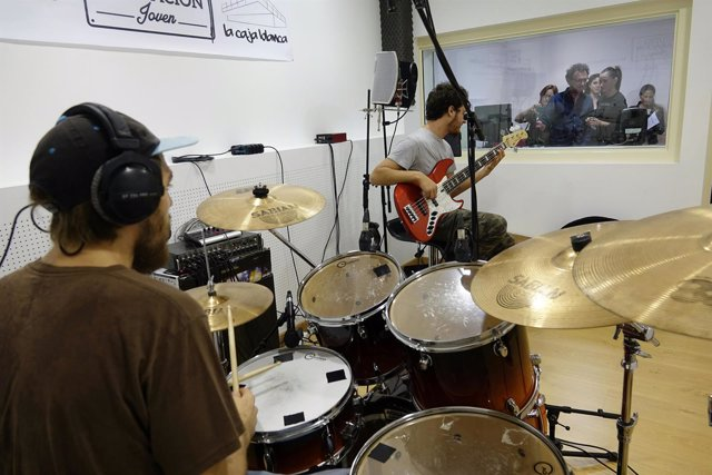 Estudio de grabación en La caja Blanca, batería, instrumentos,