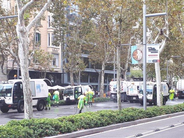 Operarios de limpieza quitan la cera de la avenida Diagonal