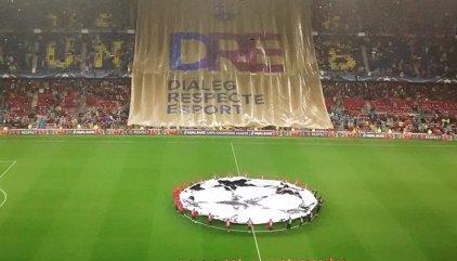 """El Camp Nou pide """"libertad"""" para Jordi Sànchez y Jordi Cuixart"""