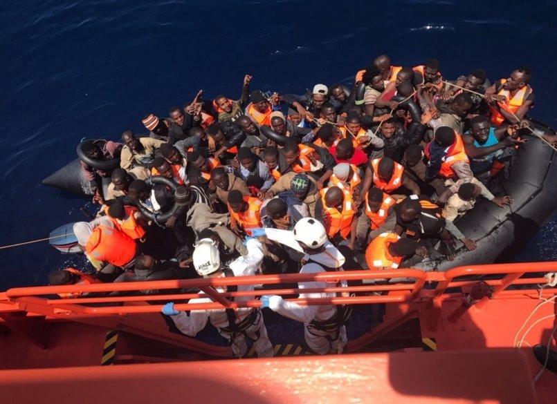 Buscan una cuarta patera en el Alborán tras rescatar casi un centenar en otras tres