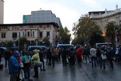 150 persones reclamen l'alliberament de Sànchez i Cuixart davant la delegació del govern espanyol (ACN)