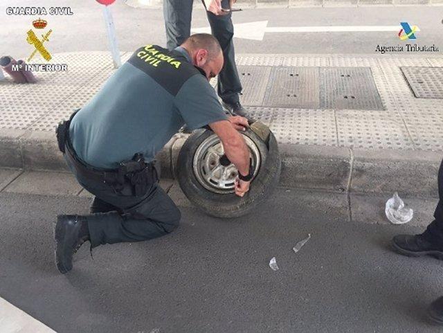 Droga oculta en la rueda de respuesto de un vehículo intervenido en Melilla