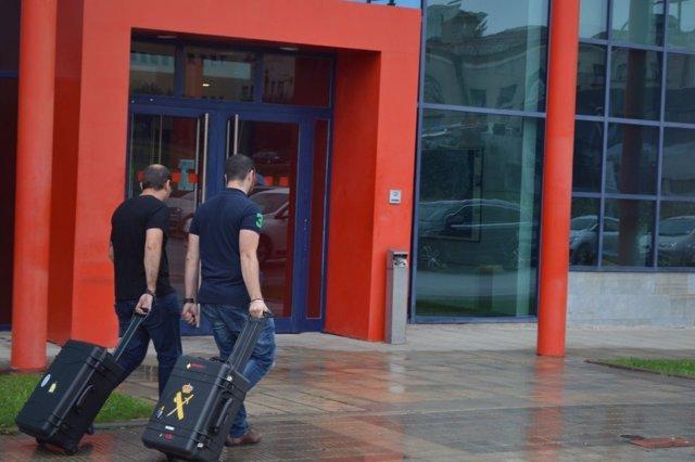 Agents de la Guàrdia Civil acudeixen a la comissaria dels Mossos a Lleida