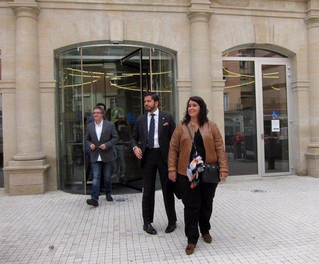 Alonso y San Martín, con sus abogados, salen del juzgado tras declarar