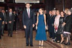 La Reina Letizia espectacular de azul, hace un guiño a su tierra Oviedo