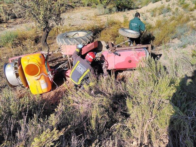 Imagen del tractor con bomberos y Guardia Civil en lugar de los hechos