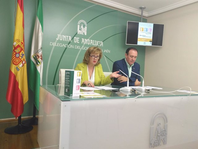 Teresa Vega (i) presenta la campaña de vacunación contra la gripe.