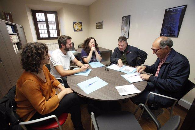 Alcuentru ente les eurodiputaes de Podemos y l'Academia de la Llingua Asturiana.