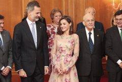 La Reina Letizia apuesta por las flores de Carolina Herrera
