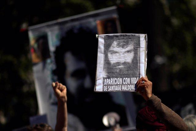 Pancarta con la cara de Santiago Maldonado