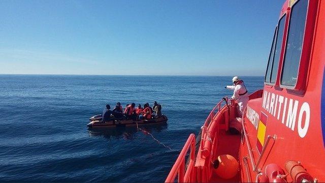 Salvamento rescata a once subsharianos a la deriva