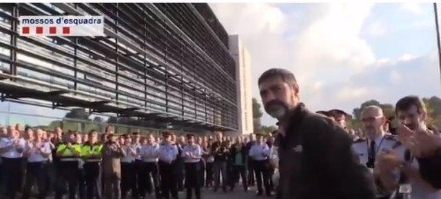 Ovación al mayor Josep Lluís Trapero a su llegada al complejo central policial