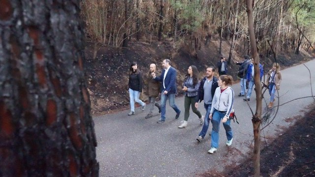 Cargos de En Marea visitan en Salceda una zona afectada por los incendios