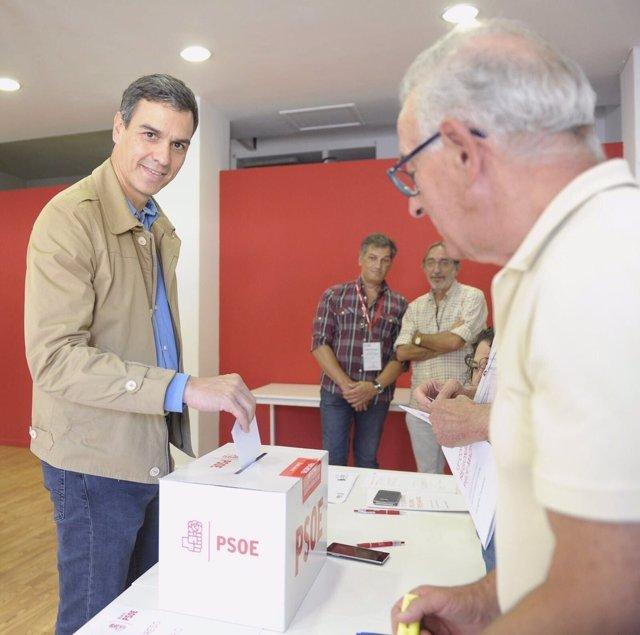 Sánchez votando al secretario genearl del PSOE-M
