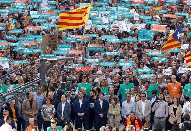 Puigdemont y sus consejeros encabezan la manisfestación en Barcelona