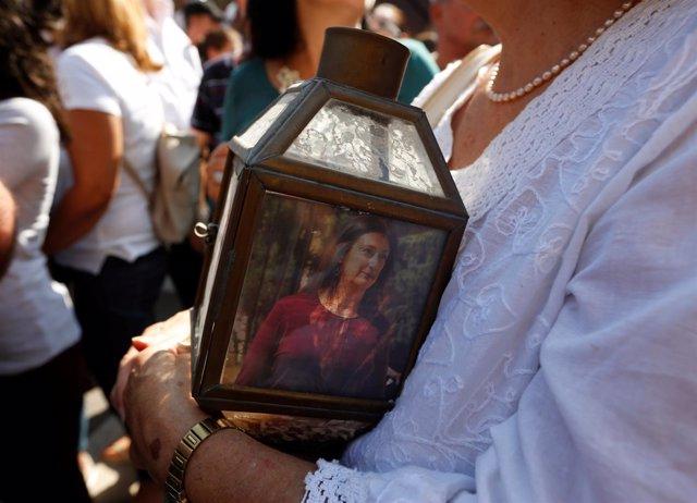 Vela con la imagen de la periodista Daphne Caruana Galizia