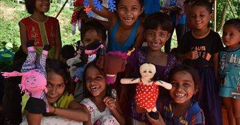 Tras un viaje angustioso, los niños rohingya encuentran una razón para sonreír