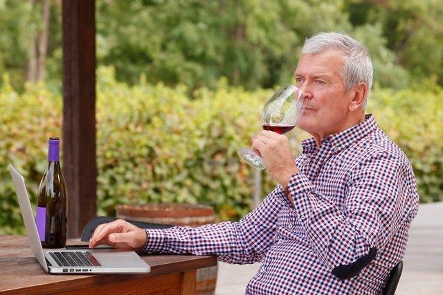 Ofato, vino, hombre, oler