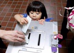 Abe apunta a renovar la seva supermajoria al Parlament del Japó, segons enquestes a peu d'urna (REUTERS / KIM KYUNG HOON)