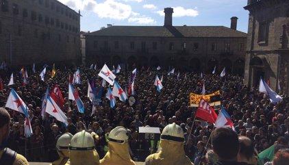 Miles de personas gritan 'Nunca Máis' tras los incendios y exigen la dimisión de Feijóo