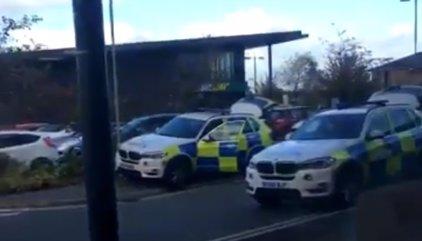 Alerta policial en un centro comercial próximo a la localidad británica de Birmingham