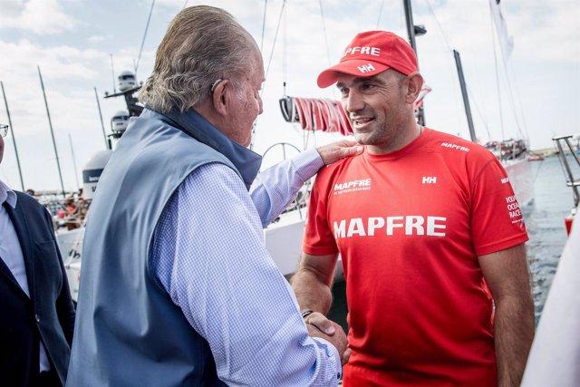 Don Juan Carlos I saluda a Xabi Fernández en el Puerto de Alicante