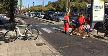 Un motorista positivo en drogas se salta en Sevilla un semáforo y arrolla a una ciclista, herida en un pie