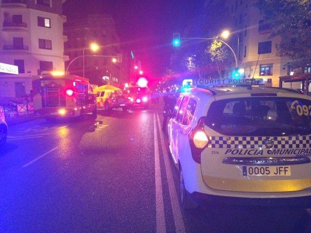 Servicios sanitarios y Policia atienden a un hombre atropellado en Madrid
