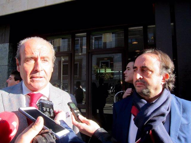Alberto Esgueva (derecha) junto a su abogado.