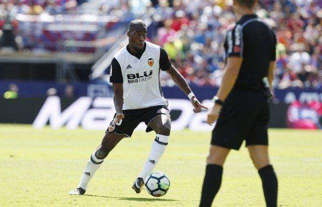 Geoffrey Kondogbia jugando con el Valencia CF