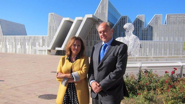 Mayte Pérez y Rafael Sánchez Jiménez, con el Palacio de Congresos detrás
