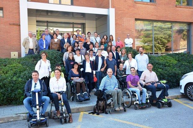 Pacientes con Ataxia de Friedreich y científicos en la presentación