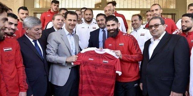 El presidente sirio, Bashar al Assad, con la selección nacional de fútbol