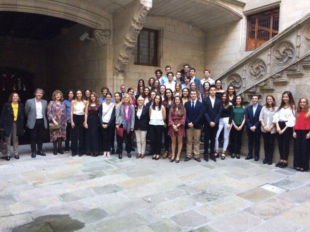 La consellera C.Ponsatí con los Premis Extraordinaris de Batxillerat