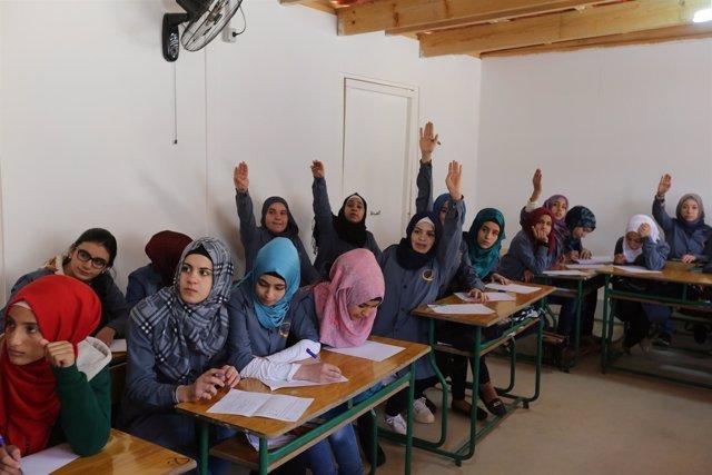 Refugiadas sirias en la inauguración de una escuela no mixta en Líbano