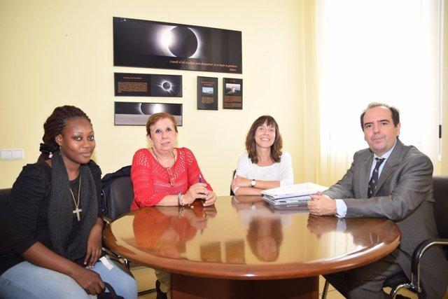 Imagen de la joven, junto al vicerrector, la coordinadora y una profesora