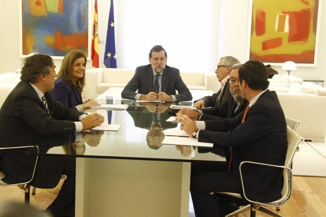 Mariano Rajoy, junto a Fátima Báñez y los líderes de los sindicatos.