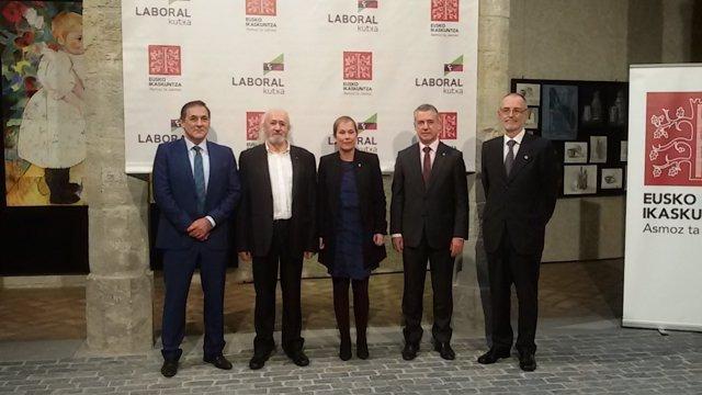 Entrega del premio Eusko Ikaskuntza-Laboral Kutxa a Montxo Armendáriz.