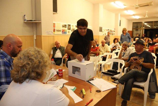 Miguel Ángel Pavón vota en la Asamblea de Guanyar de este martes