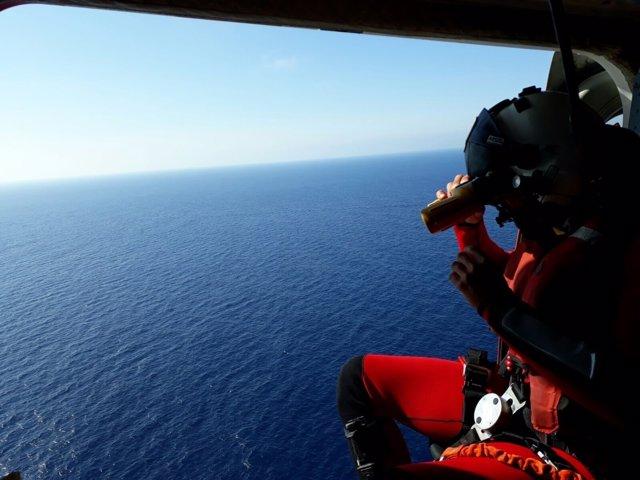 Un tripulante del Helimer 211 otea el mar